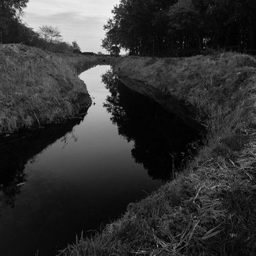 black, water, landschapsfotografie, rivier, river, black and white, contrast, stream, stroom, waterloop, natuur, nature, gras, grass