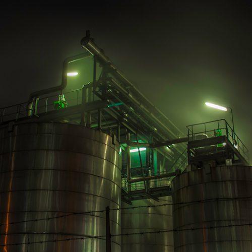 Nachtopname van een olieraffinaderij in Pernis, Rotterdam.